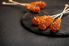 Bastoni dello zucchero candito su una tavola del nero di lerciume Immagini Stock Libere da Diritti