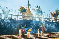 Bastoni di incenso alla pagoda di Kyaiktiyo, Myanmar Fotografie Stock