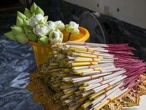 Bastoni di incenso e fiori di loto immagine stock libera da diritti