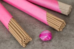 Bastoni di incenso e pietra rosa Immagine Stock