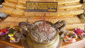 Bastoni di incenso in un tempio buddista fotografia stock