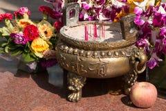 Bastoni di incenso in un vaso cinese Fotografia Stock Libera da Diritti