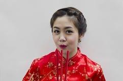 Bastoni di joss cinesi della holding della donna Immagini Stock