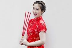 Bastoni di joss cinesi della holding della giovane donna Fotografia Stock Libera da Diritti