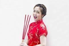 Bastoni di joss cinesi della holding della giovane donna Fotografie Stock Libere da Diritti
