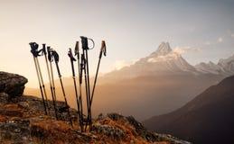 Bastoni di trekking sul fondo della cima della montagna Immagini Stock