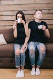 Bastoni timidi dell'uomo alla ragazza Fotografie Stock