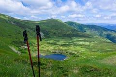 Bastoni turistici contro lo sfondo di un panorama delle montagne Fotografie Stock Libere da Diritti