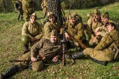 Bastoni una ricostruzione di role-play di una delle battaglie della guerra mondiale 2 nella regione di Kaluga di Russia fotografia stock libera da diritti