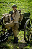 Bastoni una ricostruzione di role-play di una delle battaglie della guerra mondiale 2 nella regione di Kaluga di Russia immagini stock