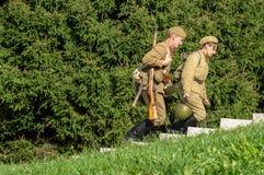 Bastoni una ricostruzione di role-play di una delle battaglie della guerra mondiale 2 nella regione di Kaluga di Russia immagini stock libere da diritti