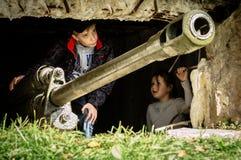 Bastoni una ricostruzione di role-play di una delle battaglie della guerra mondiale 2 nella regione di Kaluga di Russia fotografie stock libere da diritti