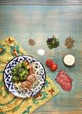 Basturma traditionnel de l'Asie centrale avec des ingrédients sur le fabr d'Ouzbékistan images stock