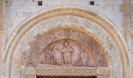 Basu relieft na głównym drzwi katedra San Rufino w Assisi, Umbria, środkowy Włochy fotografia royalty free