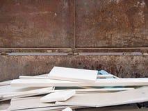 Basura abultada de madera en un envase oxidado Fotografía de archivo