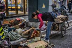 Basura de la compra de la mujer joven imagen de archivo libre de regalías
