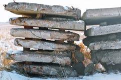 Basura de la construcción en el campo, los restos de bloques de cemento en naturaleza Fotos de archivo