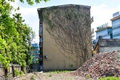 Basura de la demolición de los edificios en la nueva vecindad fotografía de archivo