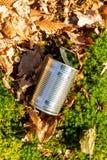 Basura de la lata en el primer del piso del bosque imagenes de archivo