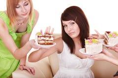 Basura de la muchacha para comer la torta. Imagen de archivo libre de regalías