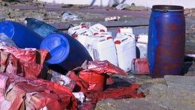 Basura de la sustancia química en las botellas del barril y del plástico almacen de metraje de vídeo