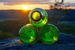 Basura de las botellas de cerveza vacías de la luz verde Fotos de archivo libres de regalías