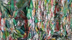 Basura de papel coloreada llena en bloques e implicada almacen de metraje de vídeo