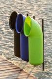 Basura de Reciclyng de la playa Fotos de archivo