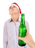 Basura del hombre joven una cerveza Foto de archivo libre de regalías