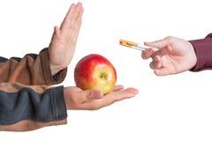 Basura del hombre la oferta de un cigarrillo Imagen de archivo
