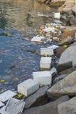 Basura del plástico en agua imagen de archivo