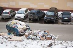 Basura dispersada en el estacionamiento del coche Foto de archivo libre de regalías