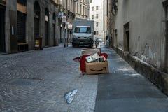 Basura el Amazonas en la calle de Milano foto de archivo libre de regalías