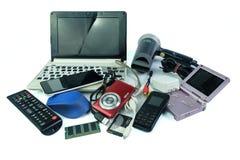 Basura electrónica, artilugios para el uso diario y rotos en blanco fotografía de archivo libre de regalías