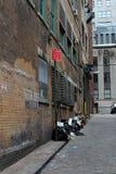 Basura en el callejón de Manhattan, decadencia urbana Imagen de archivo libre de regalías