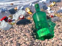 Basura en el concepto ecológico de la playa del mar Foto de archivo libre de regalías