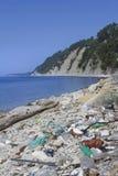 Basura en el concepto ecológico de la playa del mar Fotografía de archivo