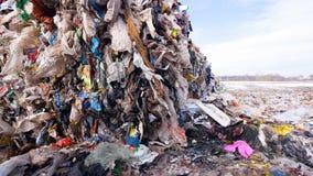 Basura en el depósito de chatarra Tiroteo de Steadicam junkyard almacen de metraje de vídeo