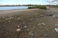Basura en la playa Imagen de archivo libre de regalías