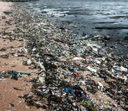 Basura en la playa Fotos de archivo libres de regalías