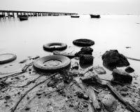 Basura en la playa Foto de archivo libre de regalías