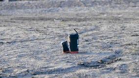 Basura en la playa almacen de metraje de vídeo
