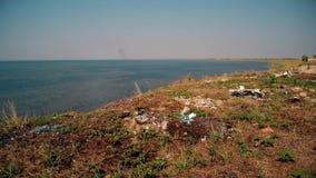 Basura en la playa Lago Syvash del tiro, Ucrania almacen de metraje de vídeo