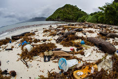 Basura flotante del plástico en la playa en Raja Ampat Imagen de archivo libre de regalías