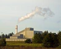 Basura a la central de energía con humo Fotos de archivo libres de regalías