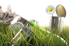 Basura, latas vacías y botellas en hierba fotografía de archivo