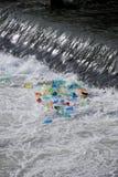 Basura plástica atrapada en una cascada 1 Imagen de archivo libre de regalías