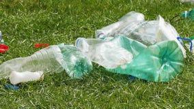 Basura plástica en la hierba almacen de video