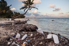 Basura plástica en la playa remota imagen de archivo