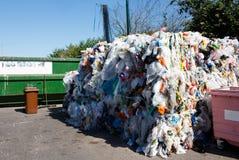 Basura plástica pegada en las briquetas para más lejos reciclar Foto de archivo